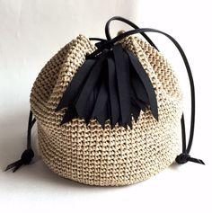 ボリューム感のあるタッセルと、巾着型のバッグはシンプルながらも存在感抜群★とても軽くてサラサラの手触りのタッセル巾着バッグ『Coron』。木材パルプを原料とする再生繊維で編み上げました。全体のころんとした丸みと、上部のキュッと絞られたアクセントが独特の可愛らしさを醸しだします。女性らしい雰囲気を演出★カジュアルにも、キレイめにも、どんなスタイルにも、幅広いスタイルに活躍します。アクセサリー感覚で持ちたい、キュートなバッグで出かけましょう。-------------------タイプ:『Coron』 ブラックサイズ:丸底直径 約20cm 高さ 約19cm素 材:レーヨン100%タッセル:ポリエステル100%持ち手:本革(ブラック) 70cm-------------------短時間で大量には作れないけれど、手編みならではの「温もり」「優しさ」を感じて、使ってくれる人を思って、心をこめて編んだバッグです。ベーシックカラーの展開は、どんなコーディネイトにも合わせやすく、毎日使っていただけます。※この製品は一点一点丁寧に、すべて手作業で作られています。そのため多少の編みムラや...