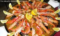 Paella- Es acaso lo plato más conocido de la culinaria Española. Es un plato echo con arroz blanco, aceite y azafrán. Con la popularización fueron añadidos diversos frutos del mar cómo el camarón, la calamar, el mejillón y el pulpo.