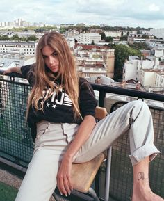 Baby gurl is 🔥 in our GMJ Pullover Hoody 📸 Clara Berry, Street Culture, Wearing Black, Mannequin, Style Me, Retro Style, Retro Fashion, Fashion Models, Mom Jeans
