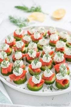 Mini Cucumber Smoked Salmon Bites with Lemon Dill Cream Cheese,These little cucumber and smoked salmon appetizer bites are as delicious as they are pretty. They make a perfect light start to a dinner and are a hit at any party. Cold Appetizers, Healthy Appetizers, Appetizers For Party, Appetizer Recipes, Cucumber Appetizers, Seafood Recipes, Cheese Recipes, Light Appetizers, Easter Recipes