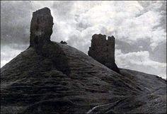 Ruiny zamku, widok od strony fary. Zdjęcie Jana Bułhaka, 1920 r