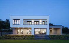 Abendstimmung : Minimalistische Häuser von Skandella Architektur Innenarchitektur