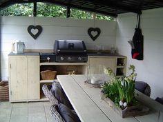 Zelfgemaakte tafel met buitenkeuken van steigerhout.