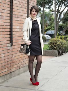 Divina Ejecutiva: Mis Looks - Plomo, blanco & rojo #divinaejecutiva #workingstyle #workinglook #workinggirl #officeattire #winter #ootd #streetstyle #redshoes #sirana #betseyjohnson #charmbijoux