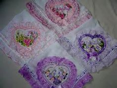 mantas de bebe bordadas - Bing Imagens Pot Holders, Simple Embroidery, Ribbons, Step By Step, Craft, Embroidered Baby Blankets, Towels, Bed Drapes, Hot Pads
