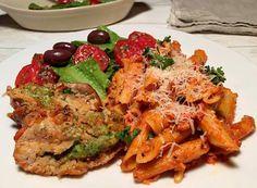 Parmesan/persille-farseret svinemørbrad med pasta og tomatflødesovs