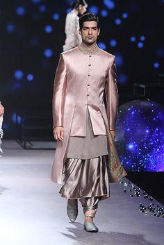 Kurta Men, Boys Kurta, Indian Men Fashion, Men's Fashion, Fashion Outfits, Indian Man, Indian Suits, Tarun Tahiliani, Indian Couture