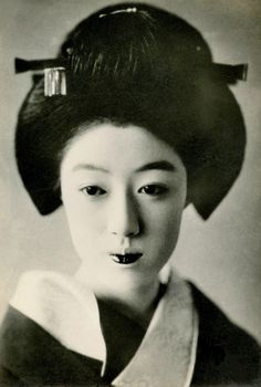 "Geiko Hatsuko 1929 (by Blue Ruin1) "" Hatsuko, one of the most iki (stylish or chic) geiko (geisha) of the early Shōwa period (1920s), dressed for a tea ceremony. ""Iki is an expression of simplicity, sophistication, spontaneity, and originality. It is..."