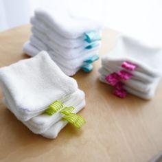 Je passe aux cotons démaquillant lavables! Ne sont-ils pas trop chouchou sérieux ?? Je les ai confectionné moi-même non sans larme et quelques injures envers ma machine à coudre reçue pour Noël (y'a eu des gros gros ratés ) Mais maintenant c'est bon j'ai choppé la technique et je veux en faire de toutes les sortes : microfibre tencel micro-éponge de bambou et avec tous les rubans du mooonde (surtout les rubans en fait!) Merci aux meilleurs bloggeuses beauté au naturel @ideesnocturnes @nat...