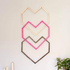 Este gráfico, moderno bricolaje idea de arte de la pared es perfecto para una cadera cuarto de niños, dormitorio o como decoración de la boda o de San Valentín.  Que sea de $ 5-10!  Instrucciones para la plantilla libre y completo tutorial.  |  MakeAndDoCrew.com
