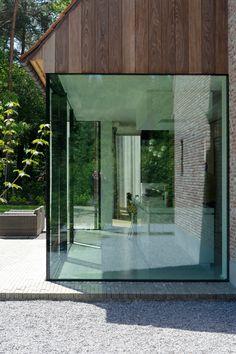 Glas op glas. Mooi, raam op hoek met hout.   Vlaams Landhuis Pulle | Vlassak Architects