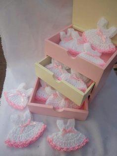 J Baby Shower Favours, Baby Shower Souvenirs, Baby Favors, Crochet Panda, Crochet Bebe, Knit Crochet, Babyshower, Beautiful Crochet, Baby Booties