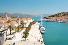 Kamarlengo, Croacia - Esta claro que la mejor manera de descubrir los 1.700 kilómetros de la Costa Dálmata es a bordo de un barco. Una idea que desde siempre han compartido los croatas, de modo que no te resultará muy difícil alquilar un barco y hacerte marinero, o apuntarte a cualquiera de los muchos cruceros y mini cruceros que transitan constantemente entre sus principales puertos.