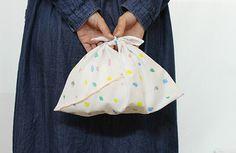もうひとつ、手芸初心者さんにもおすすめなのが『あずま袋』です。 お弁当や、バッグの中の小物を整頓したり、ラッピングにも活用できそうですね。