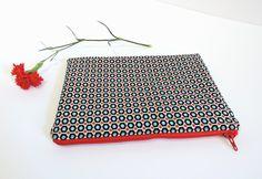 Pochette molletonnée, grande trousse en coton Petit Pan blanc à motif géométrique noir, turquoise et blanc et à pois rouges de la boutique Elooocreations sur Etsy