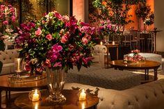 Com rosa, velas e flores, decoração de casamento combinou o clássico e o contemporâneo. Veja os detalhes.