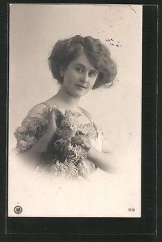 old postcard: Foto-AK NPG NR 1510: Porträt einer jungen Frau mit Blumen