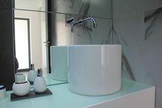 Design bathroom with UNU basin from Sanindusa. Black and white decor.