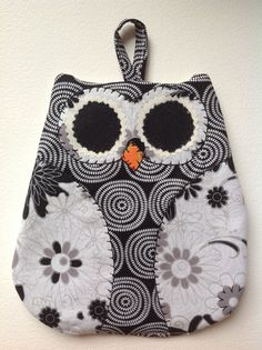 Owl Pot Holder could easily be a mug rug Small Sewing Projects, Sewing Hacks, Sewing Crafts, Owl Patterns, Quilt Patterns, Sewing Patterns, Dac Diy, Owl Quilts, Quilted Potholders