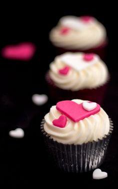 Make anyone fall in love with you with these sultry Red Velvet Cupcakes! Easy Red Velvet Cupcakes, Fun Cupcakes, Cupcake Cakes, Cup Cakes, Cake Pictures, Food Pictures, Pinterest Cupcakes, Cupcake Recipes For Kids, Cupcake Photos