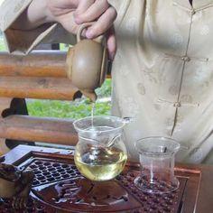 HISTORIA DEL TÉ - TÉ VERDE - CHINA Cuenta la leyenda que fue el emperador de China Shennong quien descubrió el té en el año 2000 AC, aproximadamente, cuando una hoja muerta de un árbol de té cayó en su taza de agua caliente. Uno de los más populares en el país, el té verde, se consume tanto en ocasiones casuales como formales.