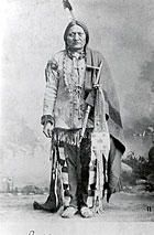 COCHISE Son véritable nom indien est Tsoka-ne-nde Né vers 1812 il fut le chef du groupe Chokonen de la tribu Apache Chiricahua qui menait alors une existence semi nomade entre les territoires de l'actuel Arizona et du nouveau Mexique. Les relations entre...