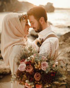 G r nt n n olas i eri i 1 ki i d n i ek ve a k hava Muslim Couple Photography, Wedding Photography Poses, Wedding Poses, Wedding Couples, Wedding Bride, Bride Groom, Wedding Ideas, Hijab Wedding, Muslim Wedding Dresses
