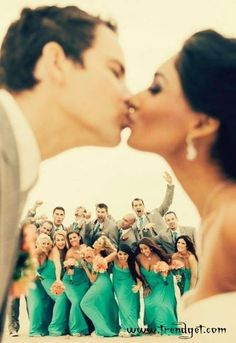 leuke trouwfoto met je gasten op de achtergrond