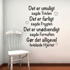 Det Er Umuligt – Wallstickers: Billige wallstickers i God dansk kvalitet - Nelly Best Poems, Best Quotes, John Maxwell, Team Leader Quotes, Leadership, Haha So True, Life Quotes Love, Clever Quotes, Pause