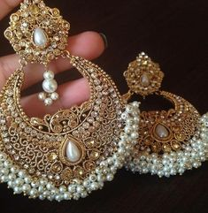 Ideas Indian Bridal Accessories Jewelry Earrings For 2019 Indian Jewelry Earrings, Indian Jewelry Sets, Jewelry Design Earrings, Gold Earrings Designs, Bridal Jewelry, Gold Jewelry, Bridal Accessories, Jhumkas Earrings, Indian Accessories