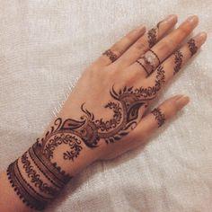 Neeeeed a henna kit Bridal Henna Designs, Mehndi Designs For Beginners, Mehndi Design Photos, Henna Designs Easy, Mehndi Designs For Fingers, Beautiful Henna Designs, Best Mehndi Designs, Henna Tattoo Designs, Arabic Henna Designs