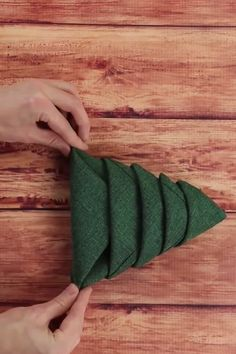 Christmas Napkin Folding Idea Christmas Napkin Folding Idea paper paper napkins paper to the moon Winter Christmas, All Things Christmas, Christmas Home, Christmas Videos, Christmas 2019, Christmas Napkin Folding, Christmas Napkins, Christmas Projects, Holiday Crafts