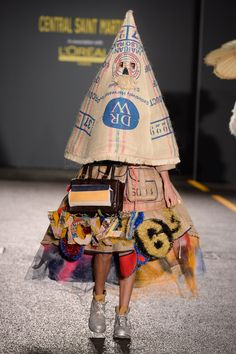 Catwalk photos and all the looks from Central Saint Martins BA Spring/Summer 2015 Ready-To-Wear London Fashion Week - garbage heap wear. Bad Fashion, Fashion Fail, Funny Fashion, Weird Fashion, Fashion Show, Fashion Trends, Latest Fashion, Fashion Stores, Fashion Today