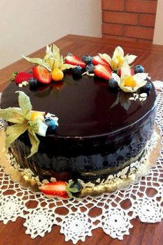 Kétféle krémmel töltött kakaós piskótatorta tükör glazúrral bevonva! Leírhatatlanul finom lett! - Egyszerű Gyors Receptek Cake, Recipes, Food, Tejidos, Mascarpone, Food Cakes, Eten, Cakes, Recipies