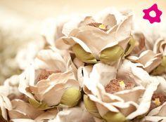 Mesclei forminhas de doces convencionais com algumas em formato de flor, . São lindas e fazem uma diferença enorme na mesa de doces.