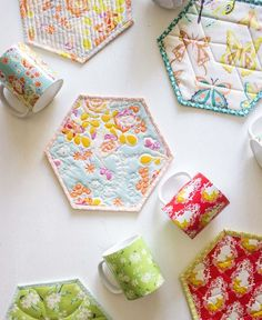 Hexagon Mug Rug tutorial Mug Rug Patterns, Sewing Patterns Free, Pattern Sewing, Canvas Patterns, Quilt Patterns, Small Quilts, Mini Quilts, Fabric Crafts, Sewing Crafts