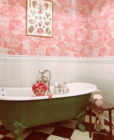 Pink and green, print on wall, wallpaper & tiles Kitchen Wall Tiles Design, Bathroom Interior Design, Cottage Bath, Painting Bathtub, Kitchen Wallpaper, Wall Wallpaper, Black Curtains, Pandora, Floor Patterns