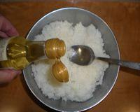 4 cucharadas soperas de vinagre de arroz + 2 cucharada de cafe de azucar + 1 cucharada de cafe de sal.  Por cada 500ml de arroz - 130ml de vinagre.
