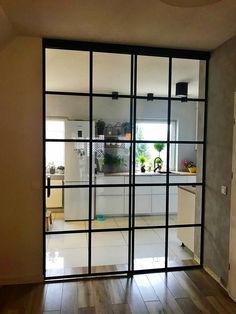 Szklane drzwi jednoskrzydłowe z doświetleniem bocznym - nieruchomym .Drzwi wiszące - przesuwne. Mezzanine Loft, Interior Design Living Room, Entryway, Shelves, House, Furniture, Salons, Budget, Design Ideas