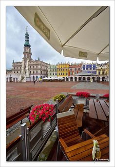 Zamosc (Poland) market placeZamosc market place on a rainy day. Wonderful Places, Great Places, Beautiful Places, Amazing Places, Warsaw Old Town, Visit Poland, Underground Cities, Poland Travel, Best Travel Guides