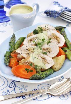 Oppskrift på en saftig og smakfull kyllingvariant hvor det magre kjøttet fylles med sitronskall og valnøtt. Servert sammen med en kremet saus av avocado. Middagsretten serveres også gjerne sammen med kokte grønnsaker som gulrot og asparges. Enkelt, og så smaker det såååå godt!