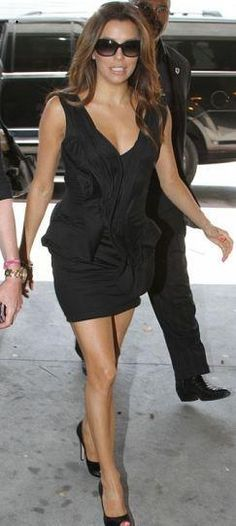 Who made Eva Longoria's black dress, pumps and sunglasses that she wore while in Beverly Hills on May 6, 2011? Dress – Cushnie Et Ochs  Shoes – Salvatore Ferragamo  Sunglasses – Tom Ford