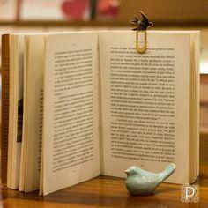 Marcador de livros e passarinho de cerâmica.