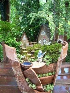 Miniature Fairy Garden Using Broken Pots Dream Garden, Garden Art, Garden Design, Garden Plants, Potted Garden, Planter Garden, Garden Kids, Garden Compost, Pot Plants