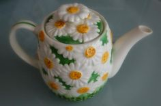 Vintage Daisy Teapot I so love this daisy teapot....my first dishes had daisies on them...