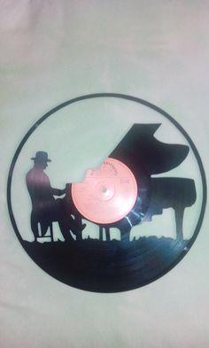Piano+Ručně+vyřezávaná+silueta+z+gramofonové+desky+s+očkem+pro+zavěšení+na+zadní+straně