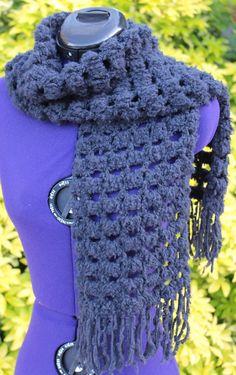 Echarpe au crochet de couleur noire en pavés ajourés à franges http://www.alittlemarket.com/boutique/chaliere-2339933.html