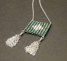 Collier court - Tissage perles de rocaille Toho Mat iris teal et blanc phosphorescent - Motif losange - Pompon - Acier inoxydable