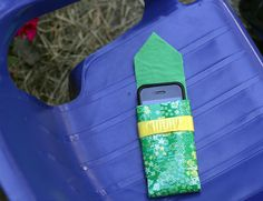 Fabric-lined duct tape phone case (easy DIY project!)