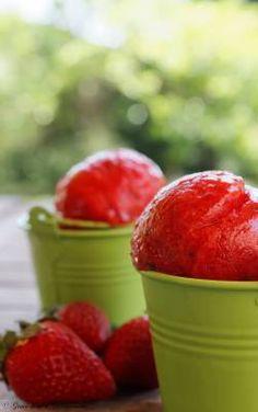 Glace fraise-basilic - 500gr fraises bien parfumées, coupées en 2, 140 gr sucre à confiture, jus d'un demi-citron, 15 feuilles de basilic.Mettre les fraises dans un bol de mixeur avec jus de citron, les feuilles de basilic grossièrement coupées, puis ajouter le sucre. Mixer rapidement jusqu'à avoir un jus. Le verser dans un bol et placer 15 minutes au congélateur. Passer en sorbetière. Garder au congélateur une heure avant dégustation. Mettre au frigo 10 minutes avant de servir. Sorbet Ice Cream, Love Ice Cream, Best Ice Cream, Ripe Fruit, Fresh Fruit, Fruit Preserves, Thai Dessert, Sorbets, Milk And Eggs